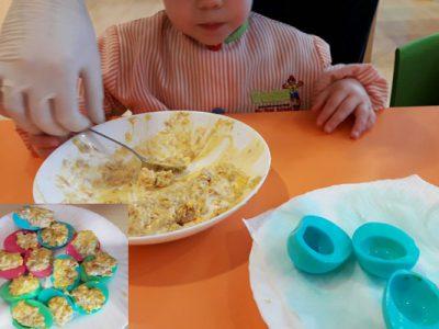 A ver quién se resiste a estos huevos rellenos… de colores