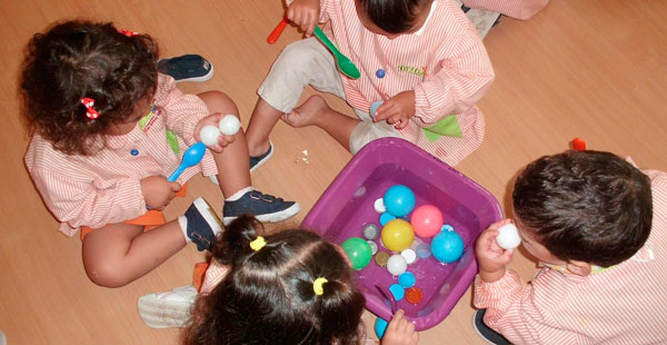 Alumnado de 2 a 3 años de Trastes O Carballiño trabajan tamaños y coordinación