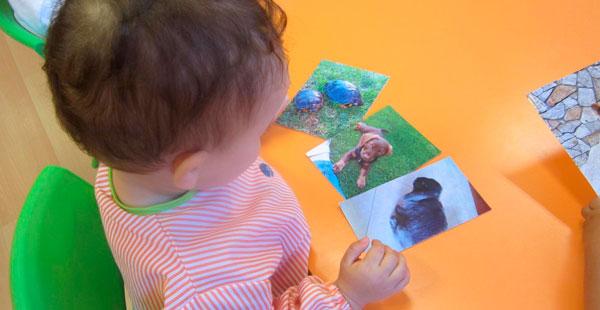 Alumnado de 1 a 2 años de Trastes Santiago, trabajando con el Travelling Book