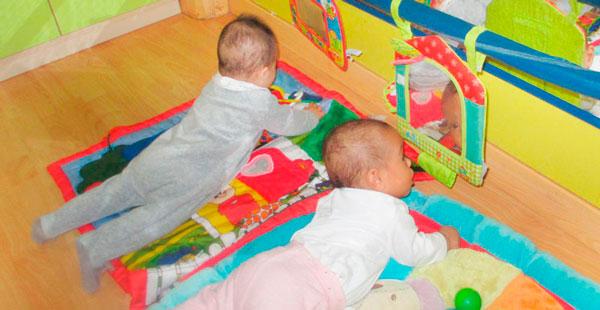 Bebés de Trastes Parquesol en una actividad para ejercitar cuello y espalda