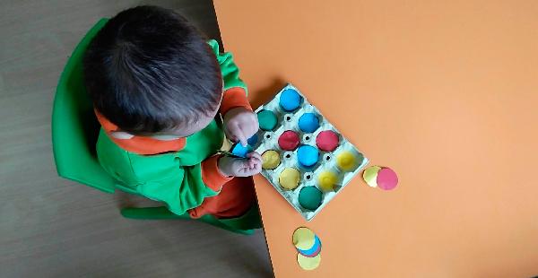 Un alumno juega con un juego matemático de clasificación de colores