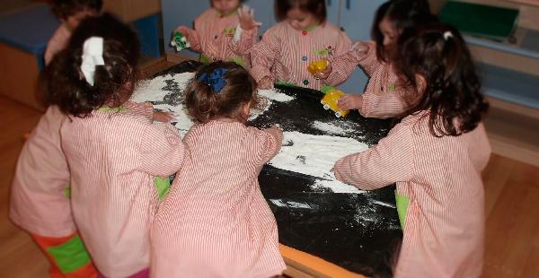 Escolares de Trastes O Carballiño, en una actividad para practicar la coordinación ojo-mano