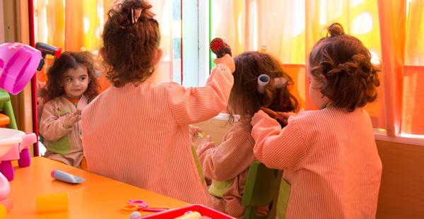 Alumnas de Trastes en un momento de juego por rincones