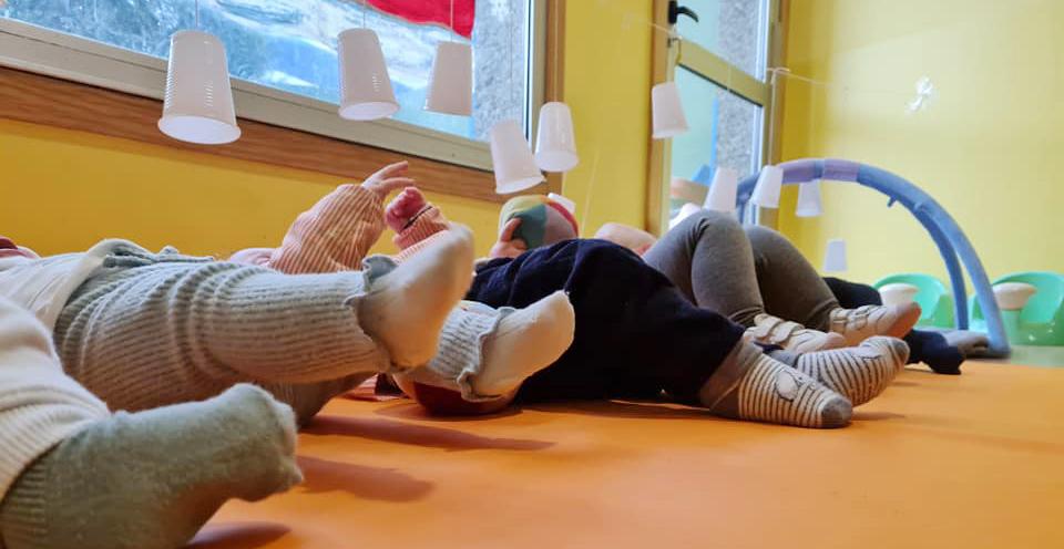 Trabajo de psicomotricidad gruesa en el aula de bebés