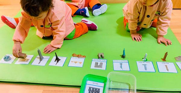 Alumnado de Trastes Los Rosales juega con flashcards de monumentos del mundo